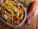 Рецепта Мексиканска салата с царевица, боб, зелена салата, домати и колбас